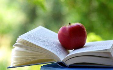 Bok med ett äpple på