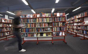 Bokhyllor på biblioteket