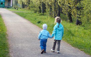 Barn på promenad