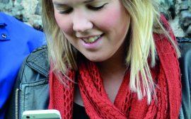 En tjej med sin mobiltelefon