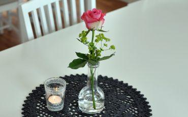 Restaurang med blommo och ljus på bordet