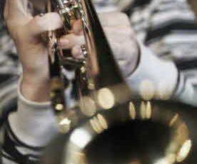 Elev som spelar blåsinstrument