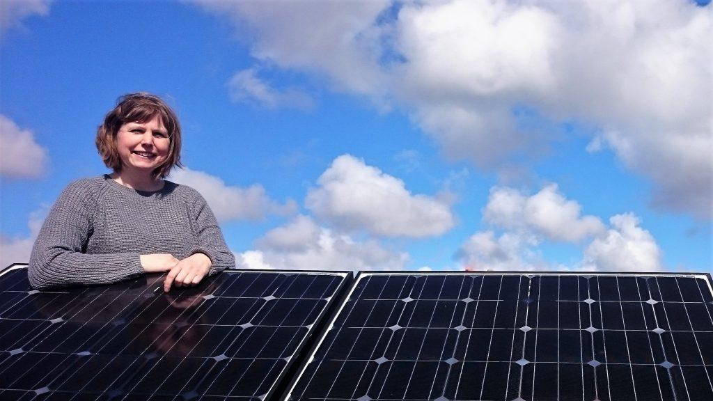 Energi- och klimatrådgivare Decima Henningsson vid en solcellsinstallation. Foto: John Hamnelid