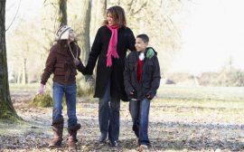 Mamma och barn på promenad