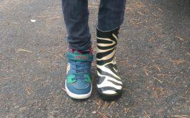 Fötter med olika slags skor på sig