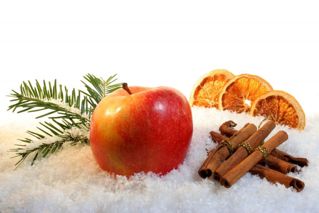 Juldekoration med äpple torkade apelsinskivor och kanelstänger