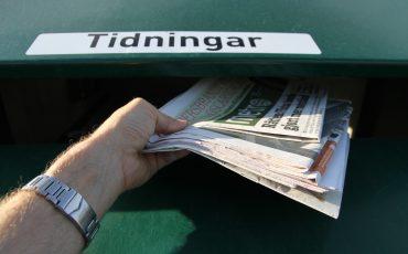 Tidningar slängs för återvinning