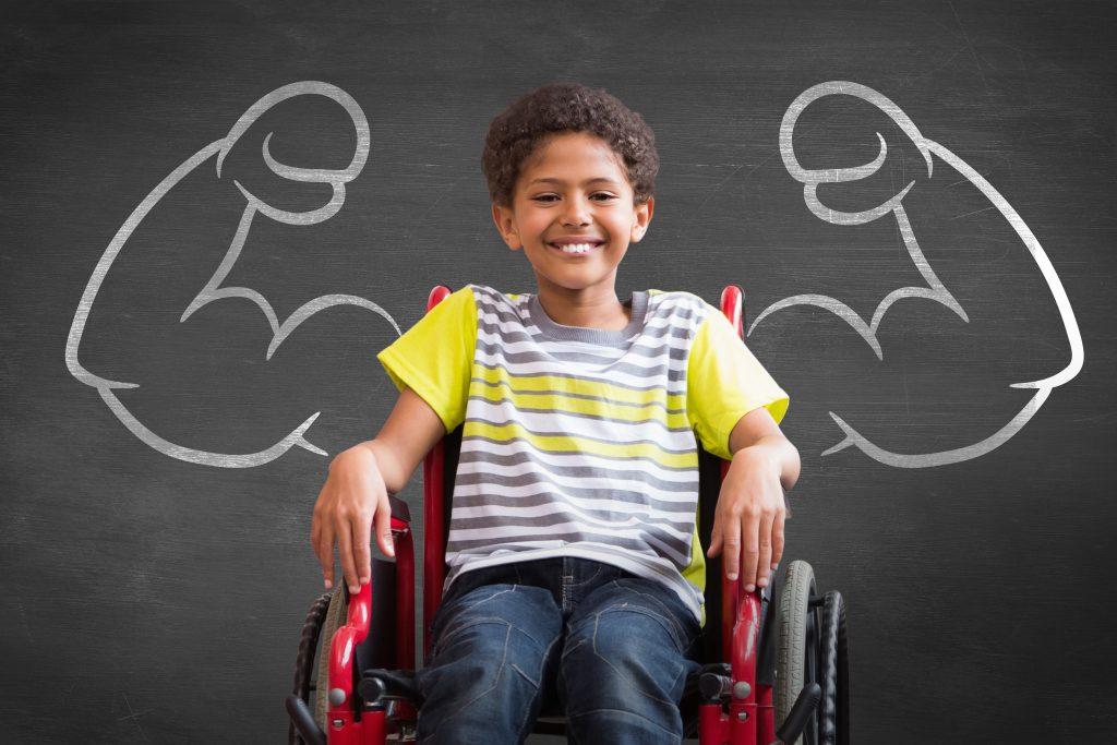Glad pojke i rullstol