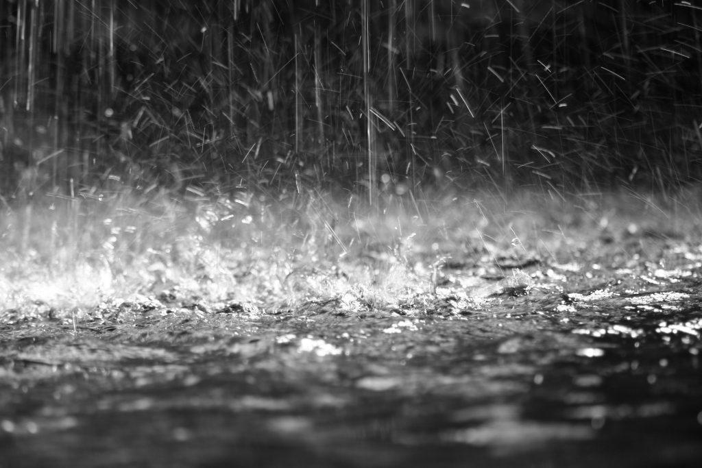 regnet slår mot marken