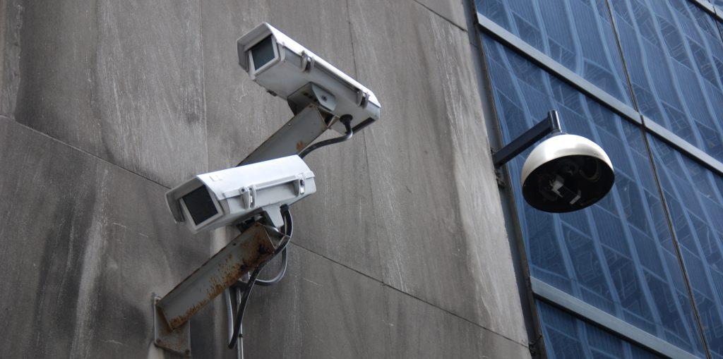 Övervakningskamera på en vägg