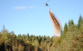 Helikopter som släpper ner kalk i sjönFoto: Länsstyrelsen