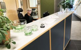 Carina Rydin sitter i receptionen på kommunkontoret