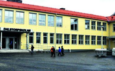 Dalstorpskolan ingång från skolgården