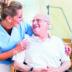 Sköterska tar hand om patient