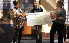 Otto och Katja tar emot pris av Eva Funck
