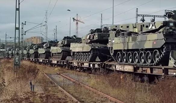 Bandvagnar som fraktas på järnvägen