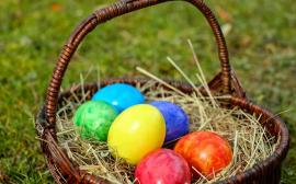Färgglada påskägg i en korg