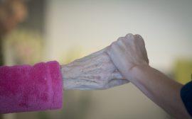 äldre hand och ung hand