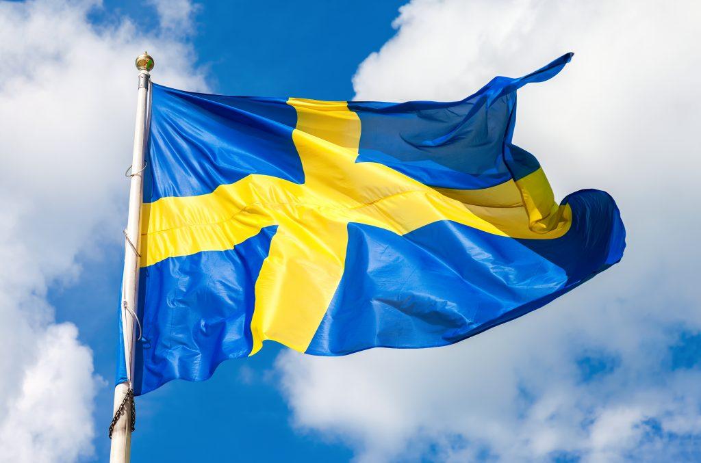 Svenska flaggan vajar mot himlen