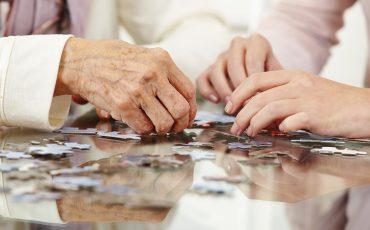 äldre händer och ett pussel