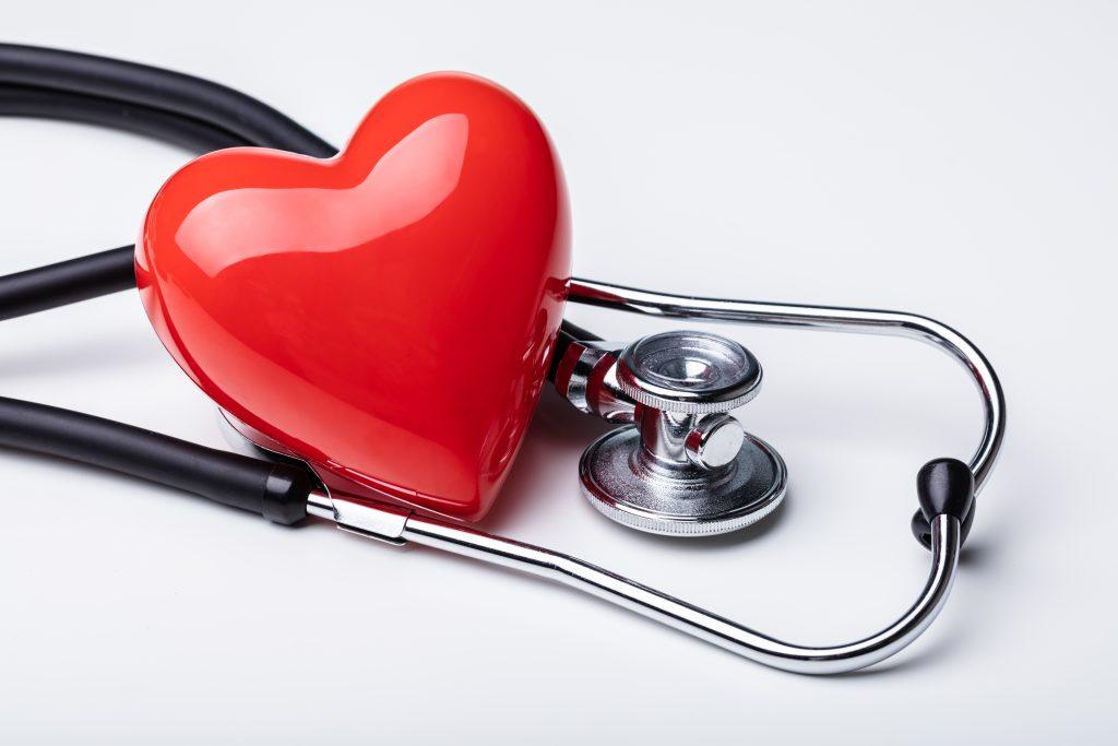 Stetoskop och ett prydnadshjärta