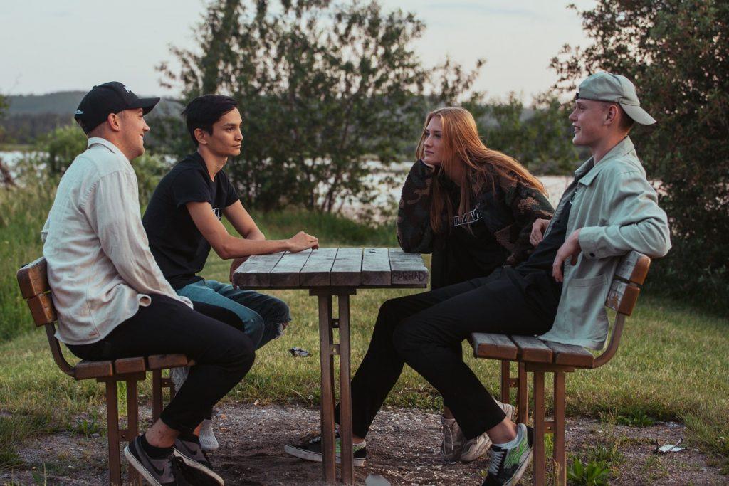 Ungdomar sitter vid Tranemosjön