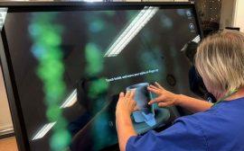 Personal på Hjälmå testar den nya digitala skärmen