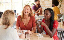 Vänner på café