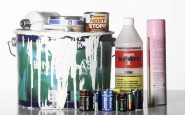 Gamla batterier och andra burkar med farligt avfall