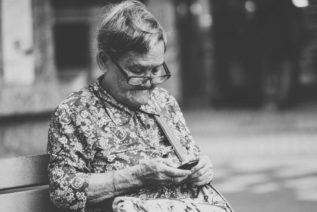 Äldre kvinna med mobil