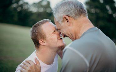Man och äldre kille står nära varandra