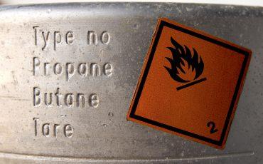 En skylt som varnar brandfarligt innehåll