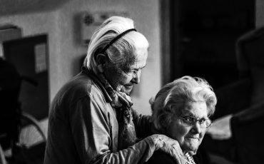 en kvinna masserar en annan kvinnas axlar