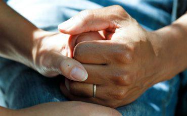 Två händer som håller i varandra