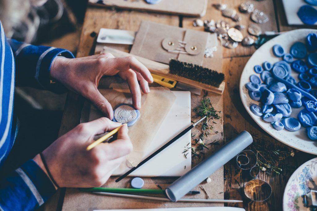 Händer som pysslar med något hantverk