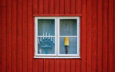 en röd husvägg med ett fönster på