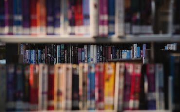 Böcker i en bokylla