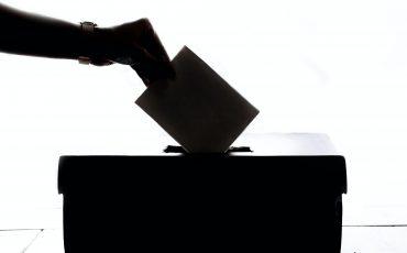 röstsedel läggs i valurna
