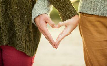 Två händer som formar ett hjärta