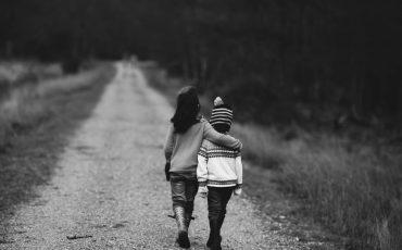 två barn går på en väg