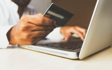 ett bankkort och en dator