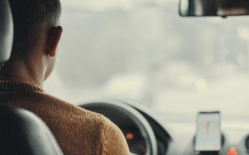 Man i en bil.