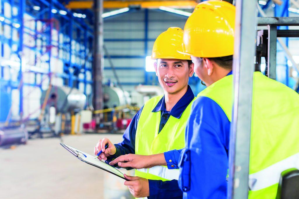 Arbetare i en fabrikslokal